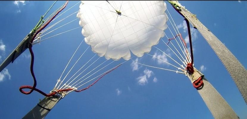 Сотрудники личной охраны прошли очередные сезонные сборы, в состав которых были включены прыжки с парашютом в воду