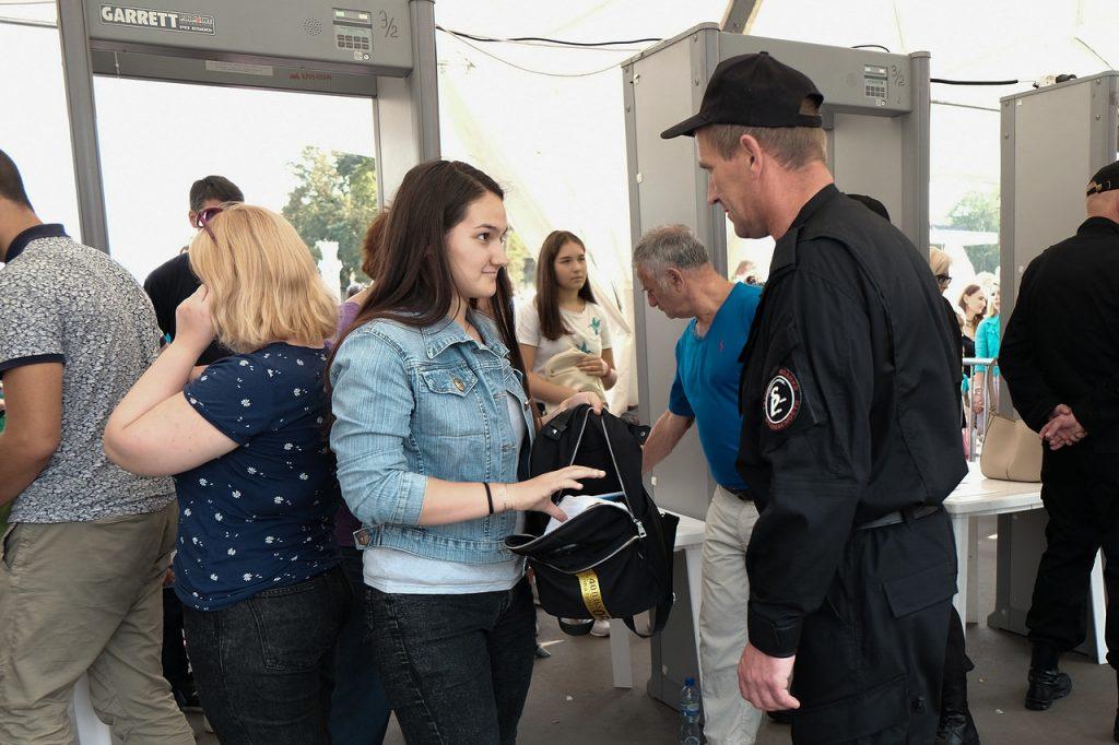 Осмотр личных вещей на выявление запрещенных предметов на территории мероприятия, посвященного Дню города Москвы