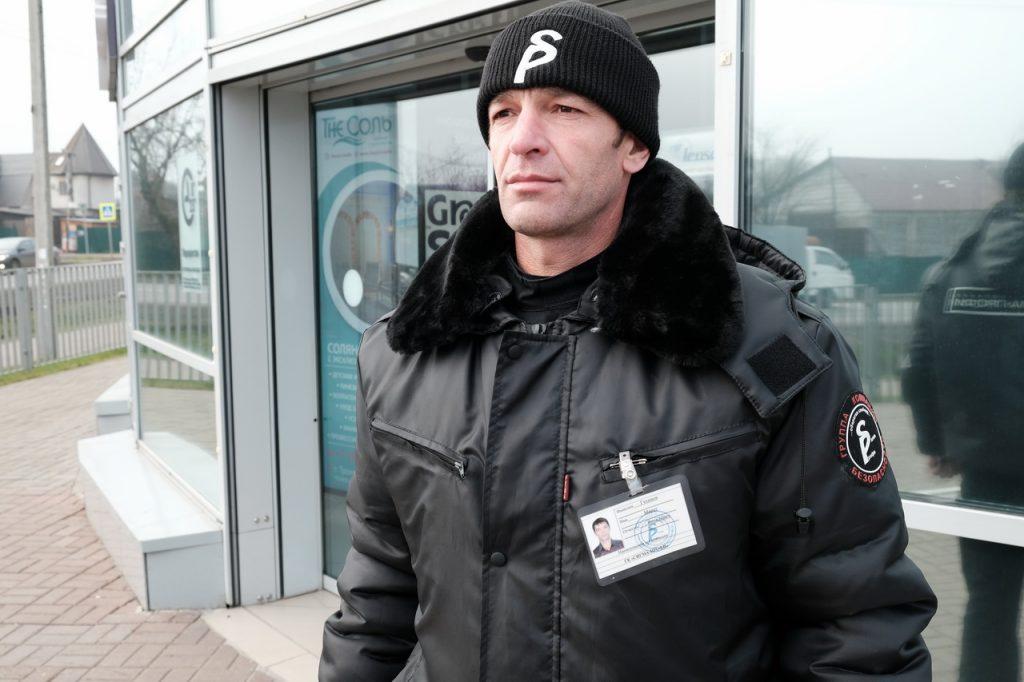 Сотрудник объектовой охраны в зимней форме