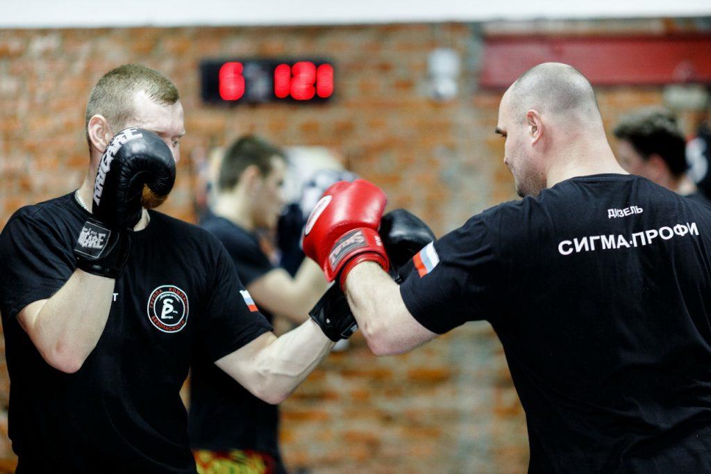 Отработка навыков рукопашного боя сотрудниками личной охраны